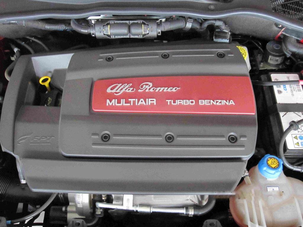 Zum Zahnriemenwechsel beim Alfa Romeo Mito müssen zahlreiche Komponenten abgebaut werden.