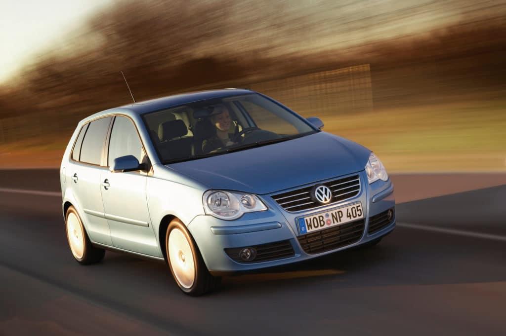 Der blaue VW Polo muss zum Zahnriemenwechsel