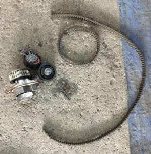 Foto der gewechselten Teile während eines Zahnriemenwechsels beim VW Golf