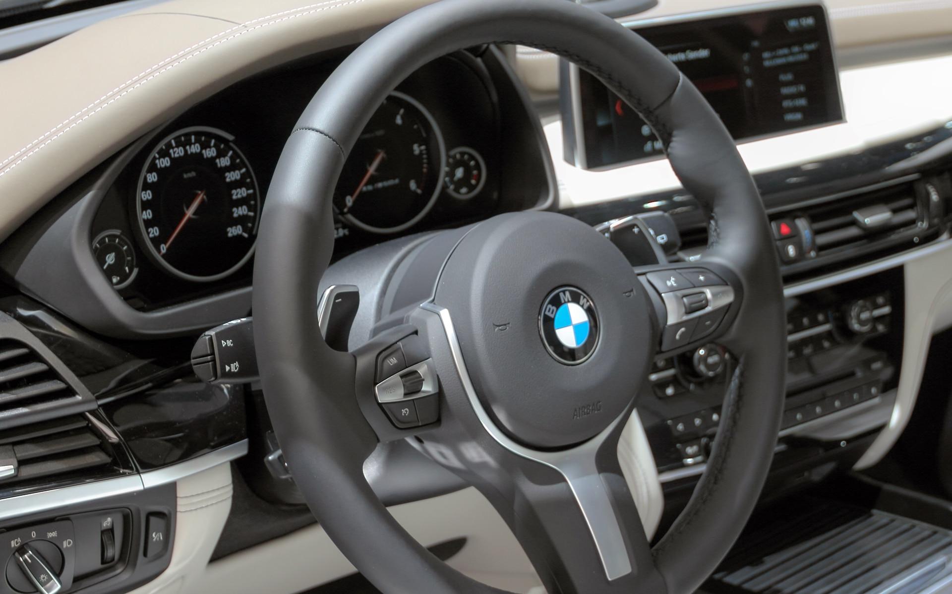 BMW X3 Cockpit mit Kontrollleuchten
