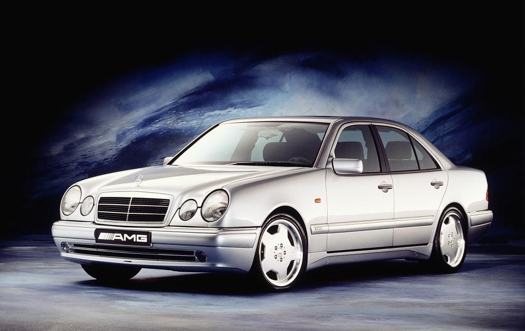 Inspektion bei einer Limousine der Mercedes E-Klasse vom Typ W210