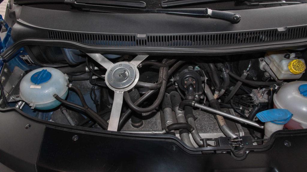 Der Zahnriemenwechsel beim VW Multivan T6 ist aufgrund der beengten Platzverhältnisse recht aufwendig
