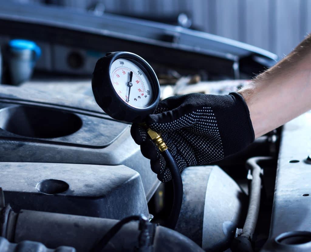 Öldruck in der Werkstatt überprüfen