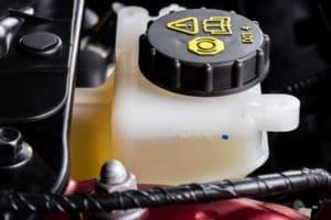 bremsen selbst wechseln: Bremsflüssigkeit ist giftig